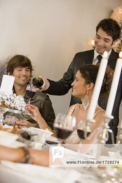 Abendessen Mann Party eingießen einschenken Wein