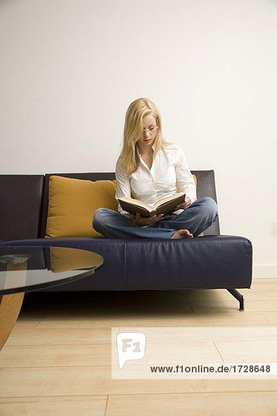 Frau lesen auf sofa
