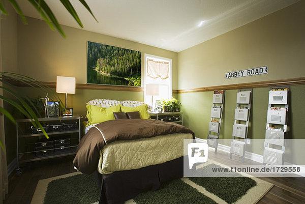 junge person gr n schlafzimmer braun lizenzfreies bild bildagentur f1online 1729558. Black Bedroom Furniture Sets. Home Design Ideas