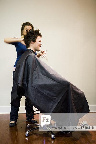 Weibliche Friseursalon Cutting Mannes Haar