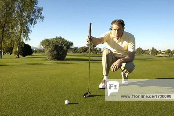 hoch oben Golfspieler schießen