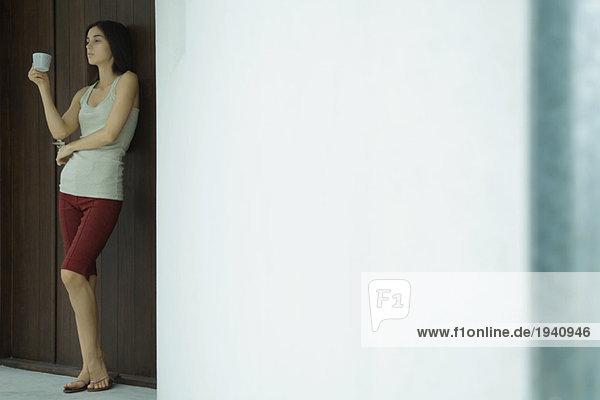 Frau stehendes Haltegefäß  Ganzkörperporträt