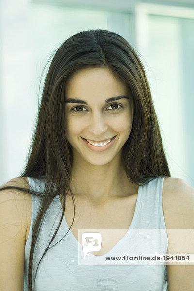 Junge Frau  Blick auf Kamera  Kopf und Schultern  Frontansicht  Portrait