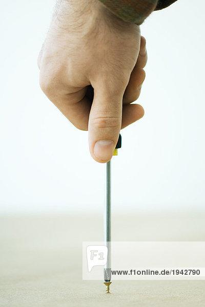 Mann mit Schraubendreher  abgeschnittene Handansicht