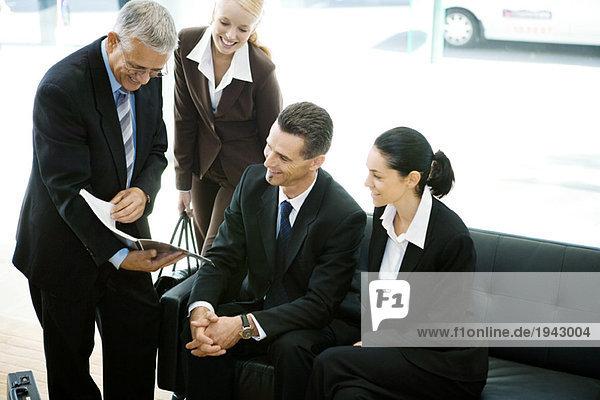 Geschäftsfreunde beim Betrachten der Broschüre