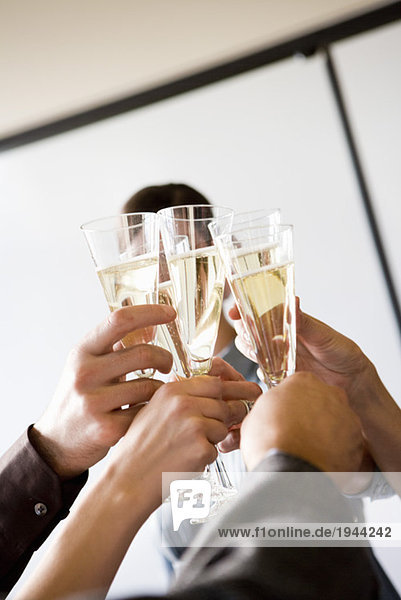 Menschen mit Champagner Toasten