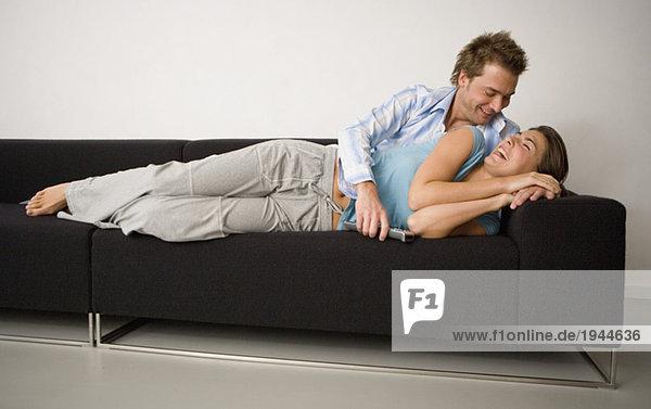 Paar Handauflegen Sofa zusammen