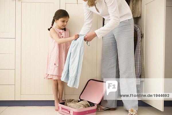 Mutter und Tochter Verpackung Koffer