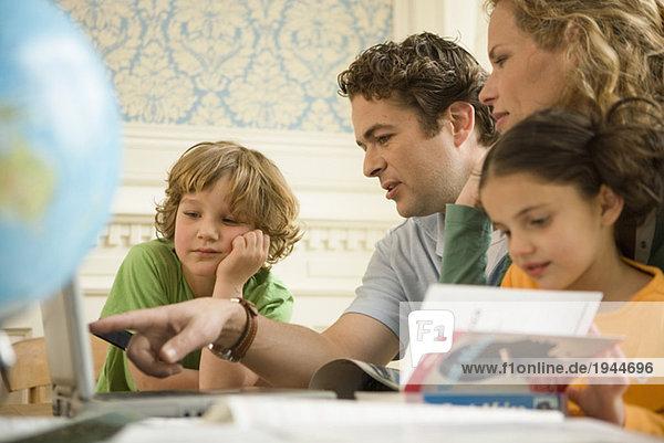 Familie gemeinsam lesen