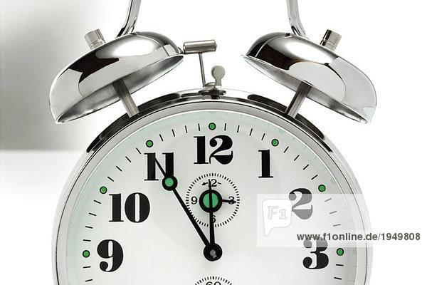Fünf bis zwölf  Wecker