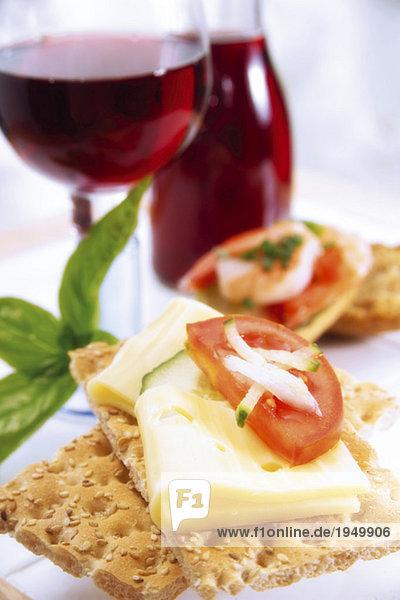 Knäckebrot mit Käse und Tomaten