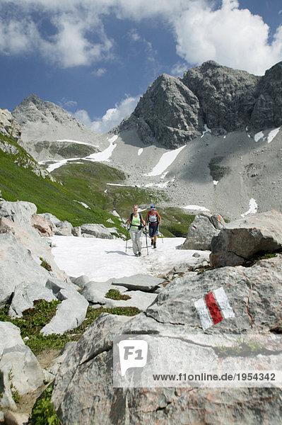 Zwei Personen beim Wandern in den österreichischen Alpen