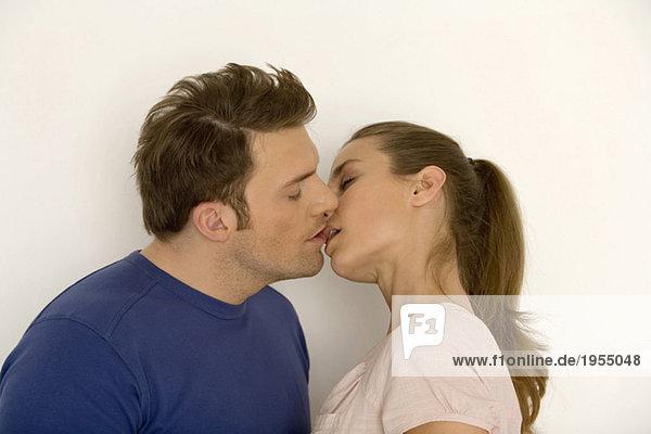 Junges Paar beim Küssen  Nahaufnahme