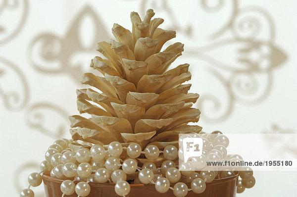 Tannenzapfen mit Perlen in Glas    Weihnachtsdekoration  Nahaufnahme