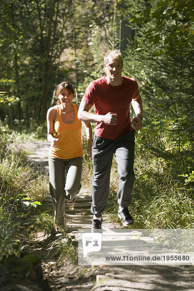 Paarjogging im Wald