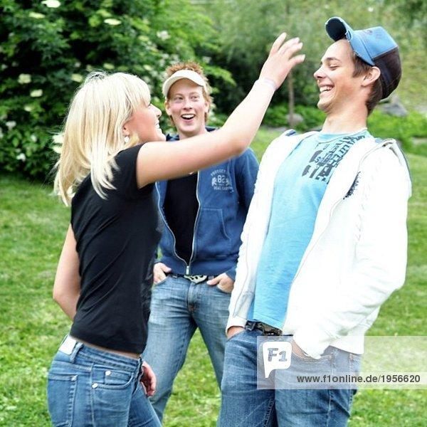 Mädchen scherzt mit Kerl