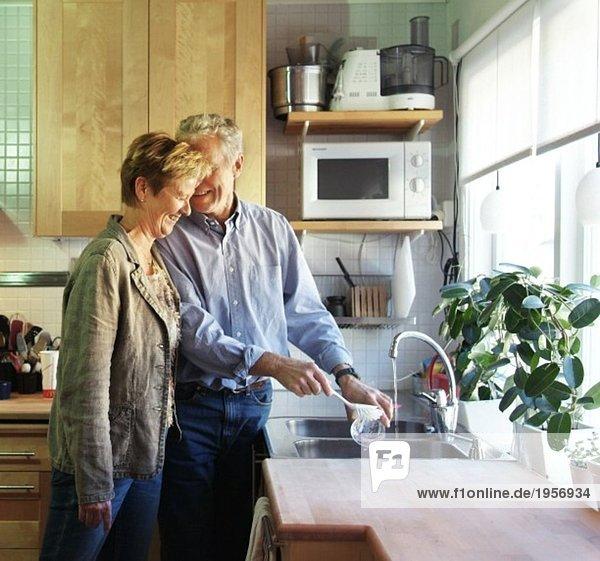 Älteres Paar beim Abwaschen