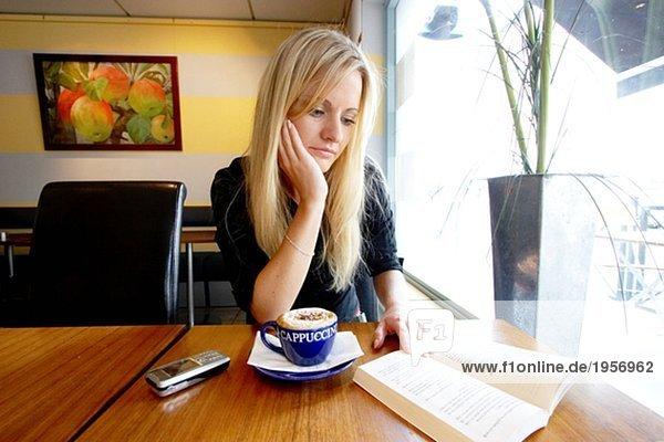 Lesebuch für Mädchen im Café