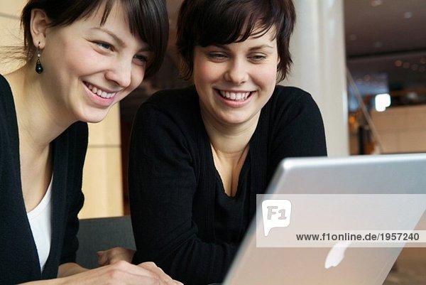 Zwei Mädchen vor dem Computer