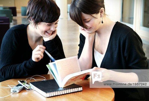 Zwei Mädchen studieren