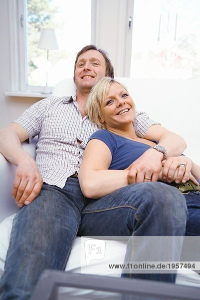 Paar  das sich in der Couch wohlfühlt