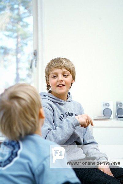 Zwei Jungen  die miteinander reden.
