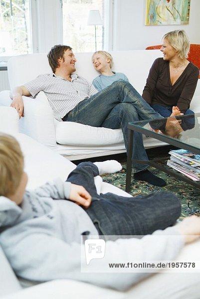 Familie amüsiert sich im Wohnzimmer