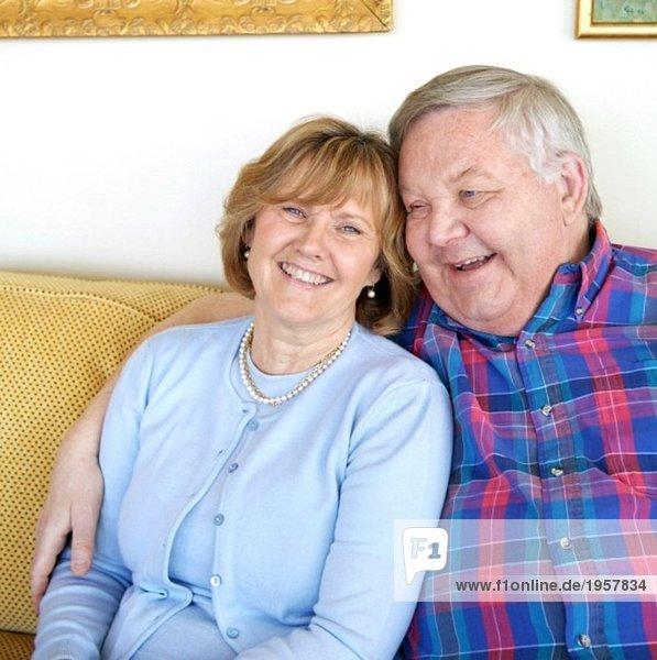 Paar lachend in der Couch