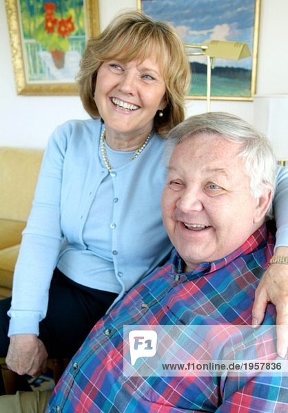 Frau und Mann lachend
