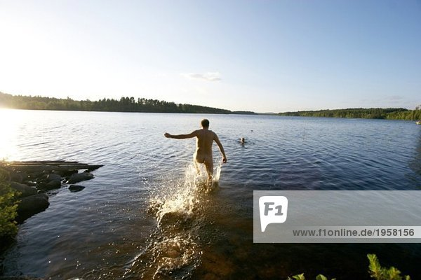 Mann  der im Wasser ausläuft.