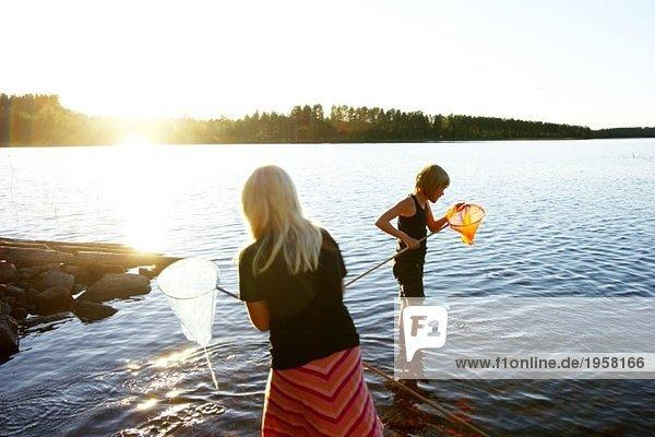 Mädchen fischen mit Kescher