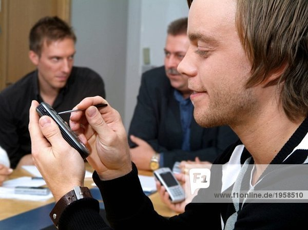 Teilnehmer einer Besprechung am Handheld-Computer