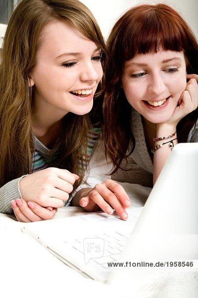 Zwei Mädchen am Computer
