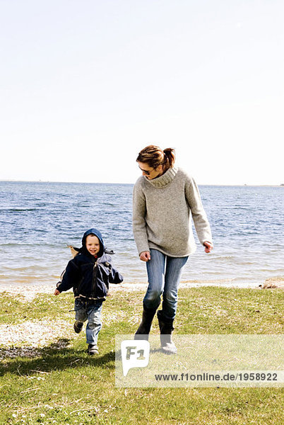 Frau und Sohn am Wasser