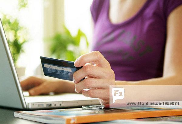 Junge Frau beim Einkaufen im Internet