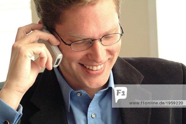 Glücklicher Geschäftsmann am Telefon