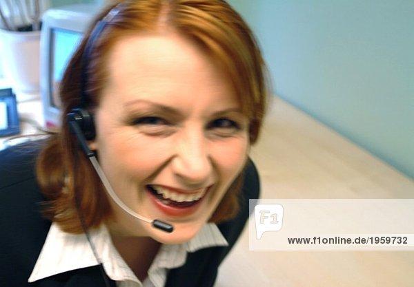 Hysterische Frau mit Headset
