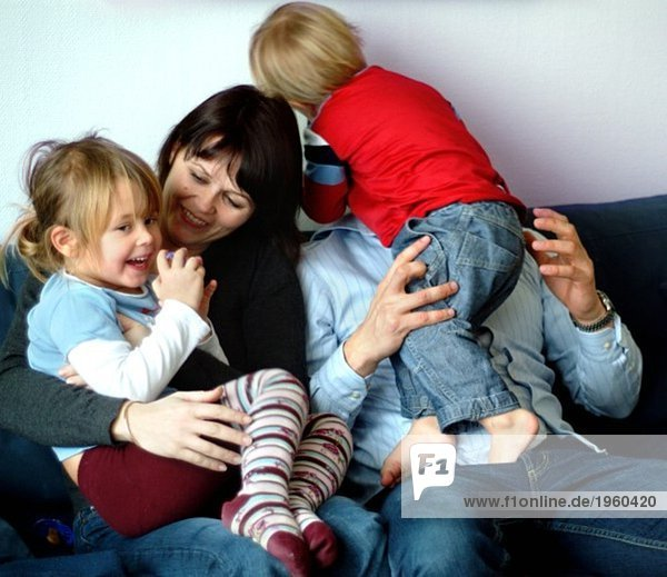 Familie im Sofa