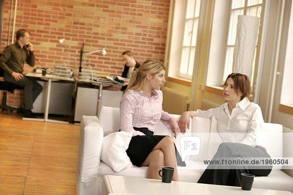 Mädchen in der Couch sprechend