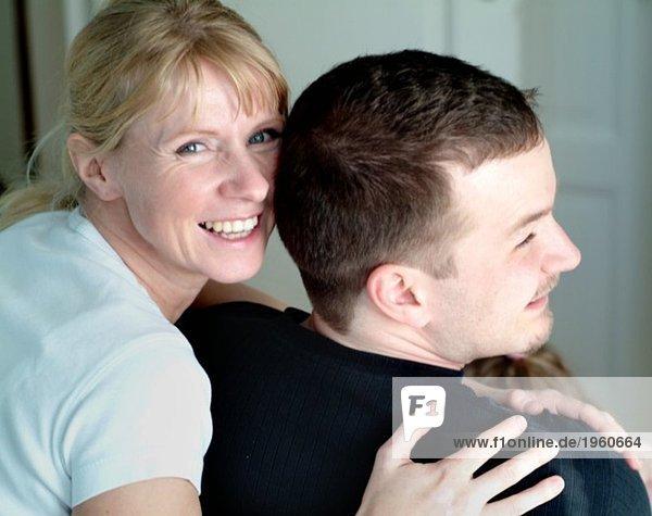 Mann und Frau umarmend