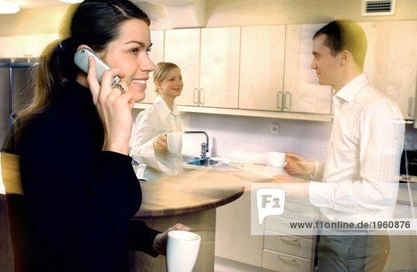 Frau  die am Telefon spricht