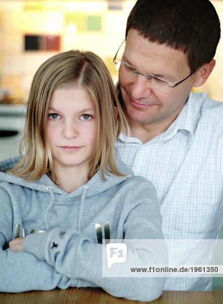 Papa neben seröser Tochter
