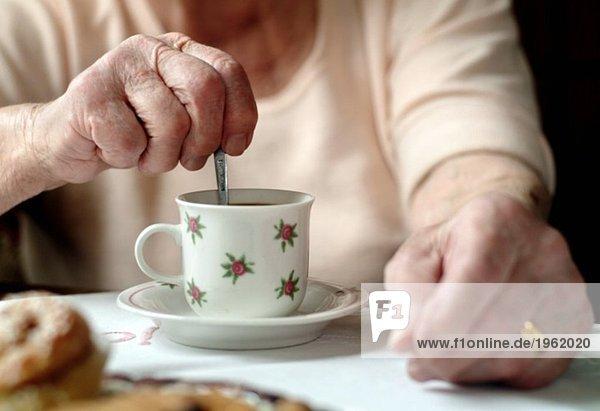 Ältere Frau mit Kaffee