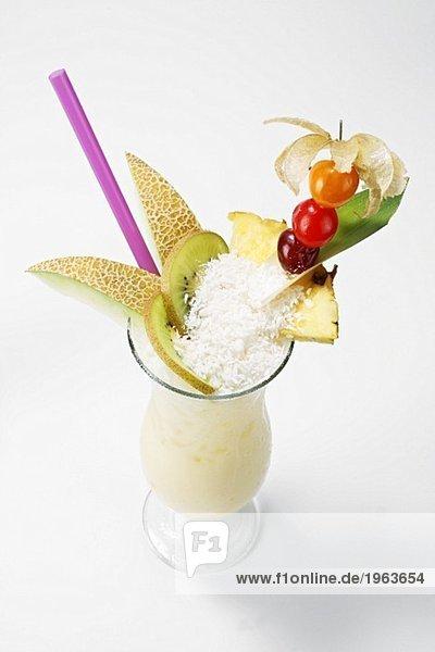 Pina Colada mit Früchten und Kokosflocken garniert Pina Colada mit Früchten und Kokosflocken garniert