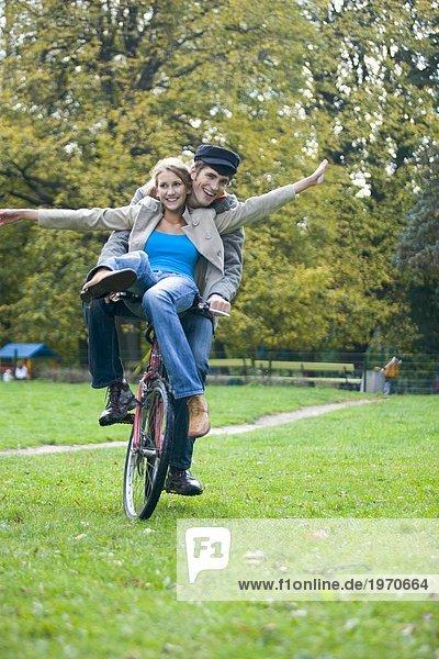 Paar spielen im park
