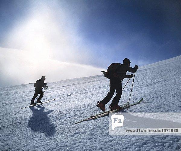 Untersicht von zwei Männern Skifahren