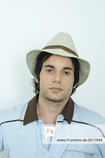 Junger Mann mit Hut  Blick in die Kamera  Porträt