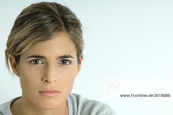 Frau blickt in die Kamera  Porträt