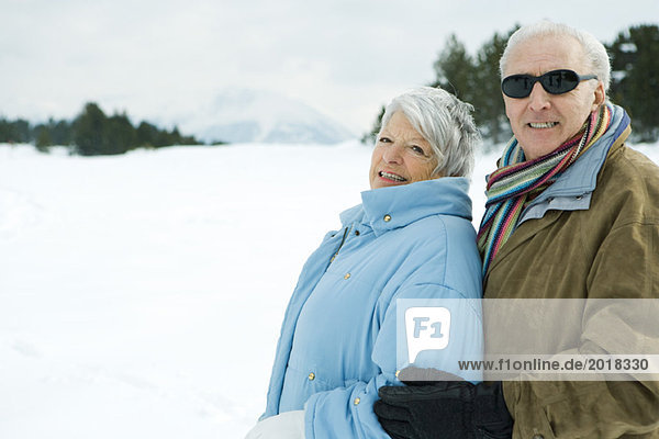 Seniorenpaar umarmend  draußen  lächelnd vor der Kamera  Porträt