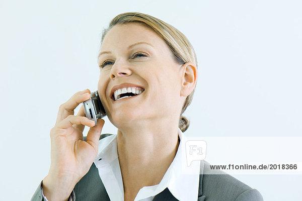 Geschäftsfrau mit Handy  lächelnd  Kopf zurück